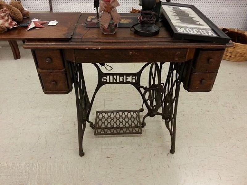 Сестра перепрофилировала швейную старинную машинку в стильный столик для макияжа