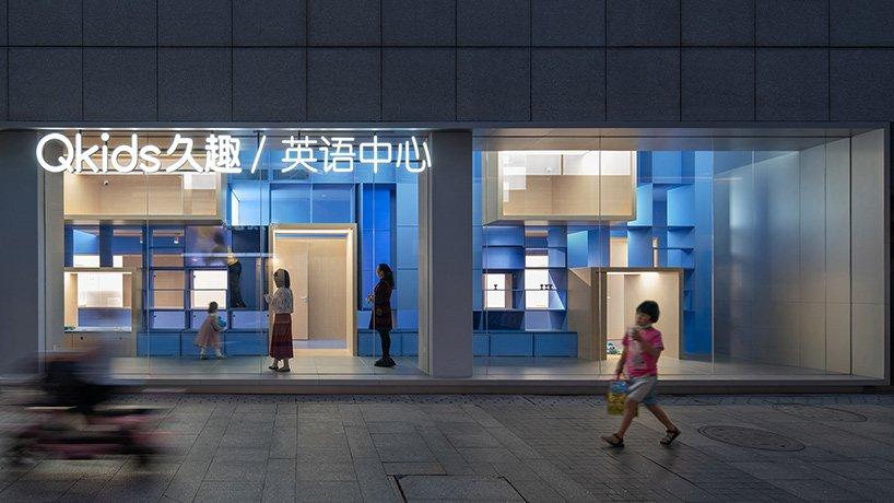 Архитекторы превратили длинное и узкое помещение в многофункциональный образовательный центр: практически все, что происходит внутри, видно прохожим на улице