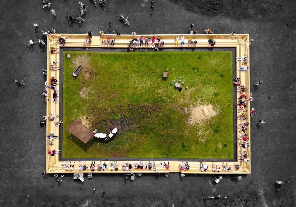 Художник поместил гигантскую фоторамку в центре Лондона и начал пасти там коров: прохожим понравилась эта идея и они расселись на трибунах