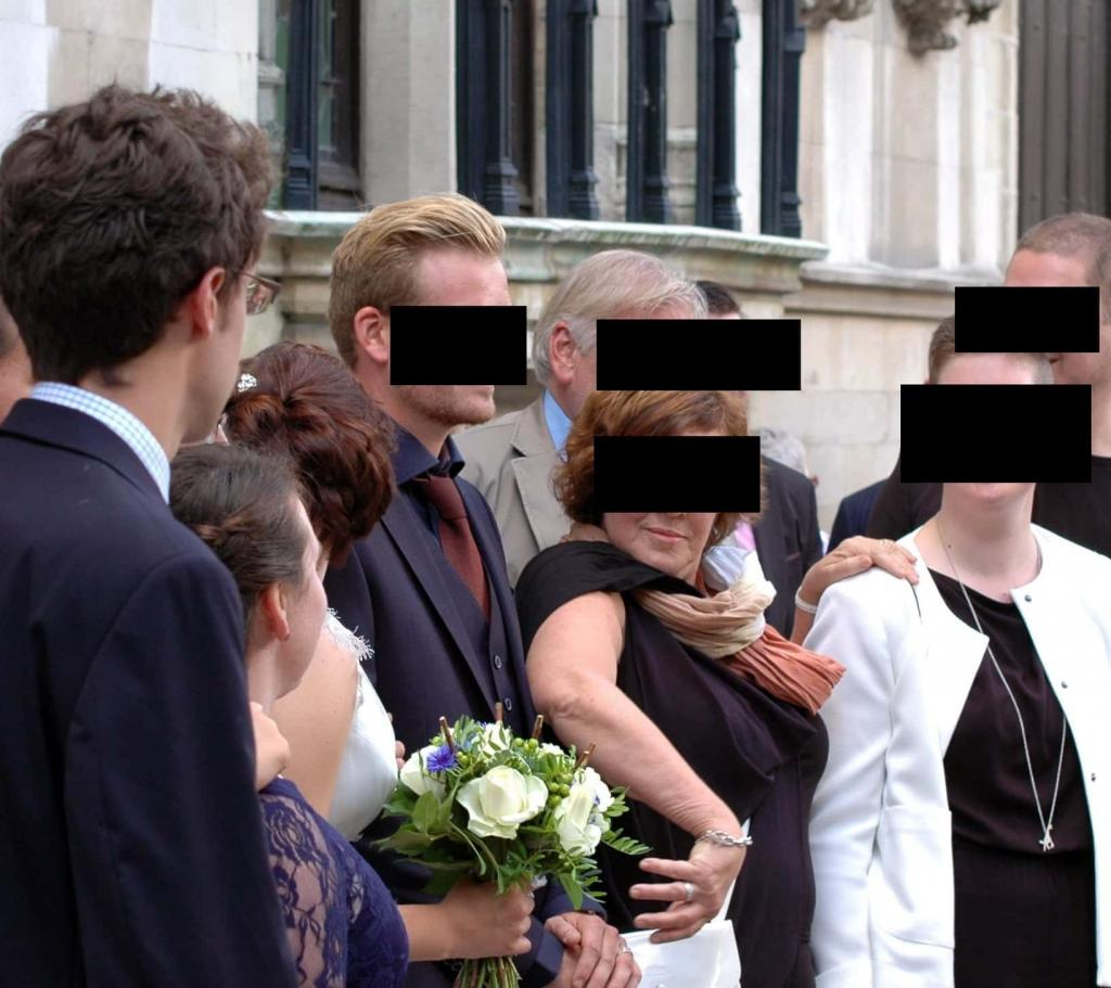 Я тоже его жена : мать жениха схватила его за руку на свадьбе (фото)