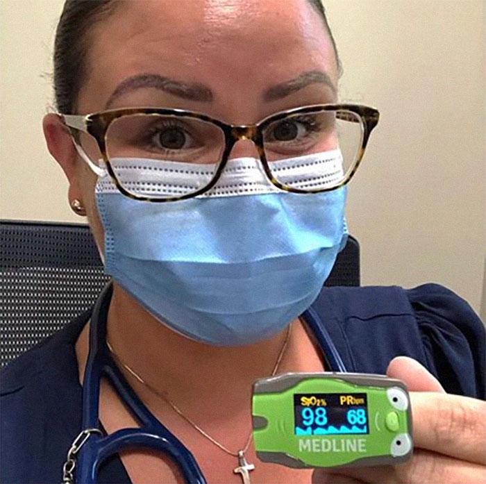 Ношение маски не снижает уровень кислорода в крови: врач провела наглядный эксперимент
