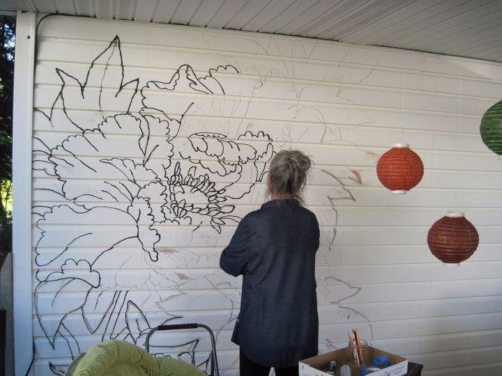 Мама приехала погостить на лето и превратила мою веранду в сказочный расписной уголок: фото результата и процесса