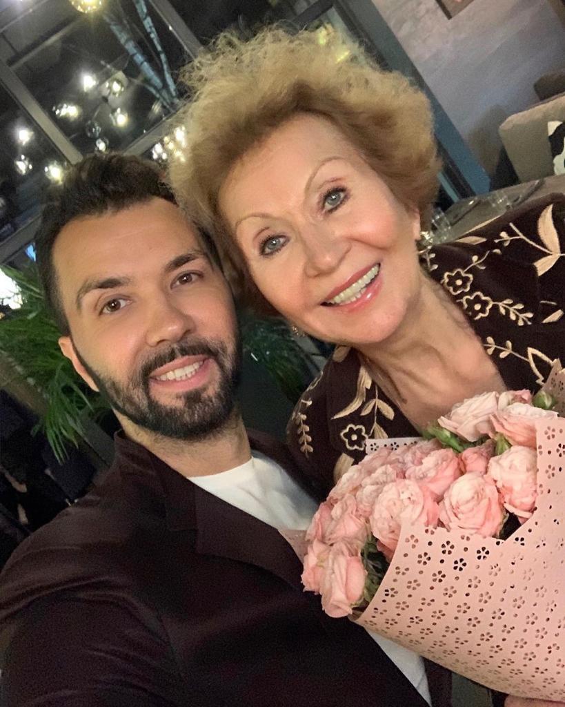 Какая же она у вас красивая: Денис Клявер показал фото своей 70-летней мамы