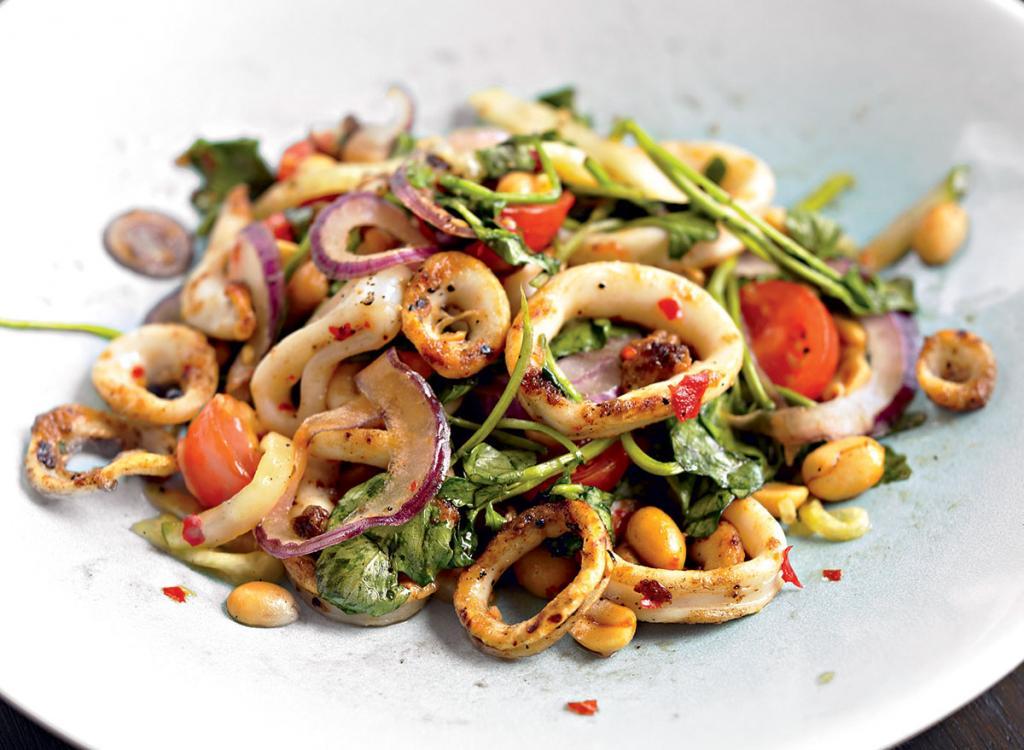 Подпеченные морепродукты с остринкой: вкусный салат для вечеринки (рецепт с фото)