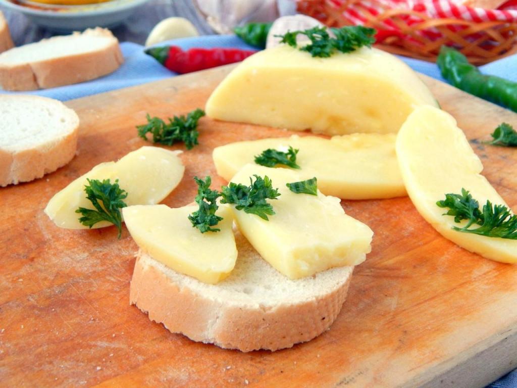Бабушка научила плавить сыр на воде: как по мне - это даже вкуснее, чем на молоке (любимый рецепт)