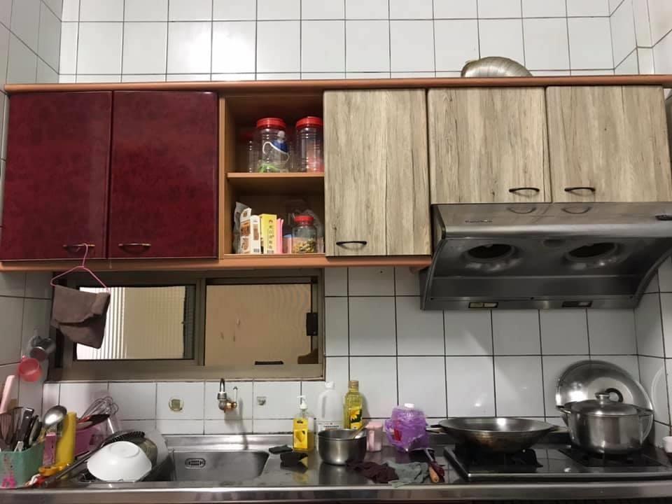 Старый кухонный гарнитур потерял привлекательность. Женщина оклеила его пленкой