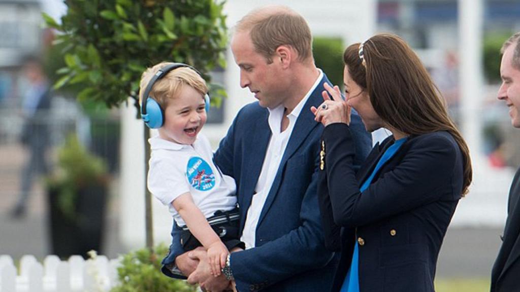 Уильям и Кейт раздумывают над будущим принца Джорджа: ему исполняется 7 лет, и по традиции этой осенью его могут взять в школу интернат, где учились Уильям и Гарри
