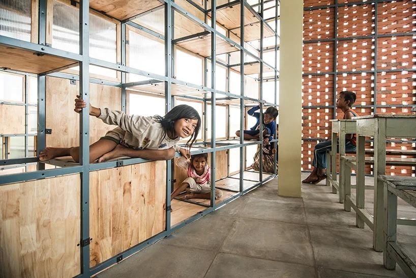 Здесь стены - полки, по которым можно полазить: необычная школа в Камбодже, где дети учатся проектированию