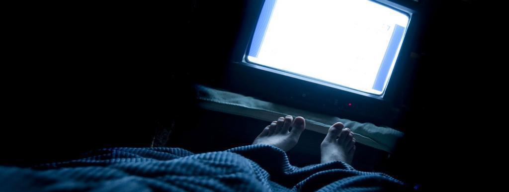 Нарушается выработка мелатонина: несколько причин, почему я никогда не засыпаю при включенном телевизоре