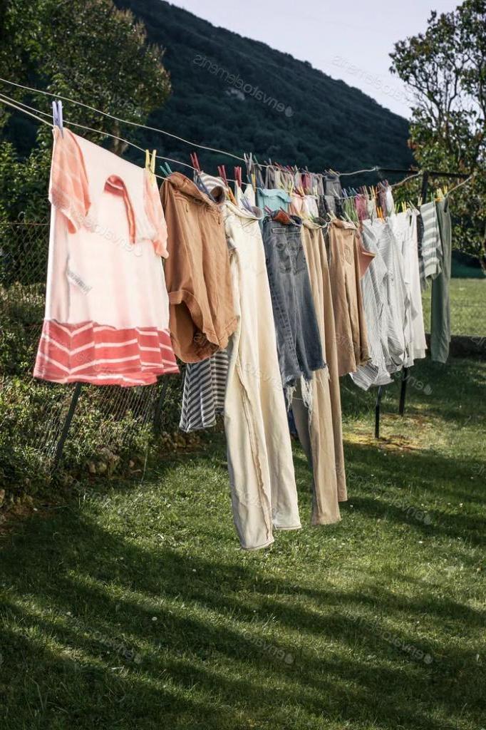 Увидев, как компактно соседка развешивает одежду на просушку, снял километры веревок в своем дворе
