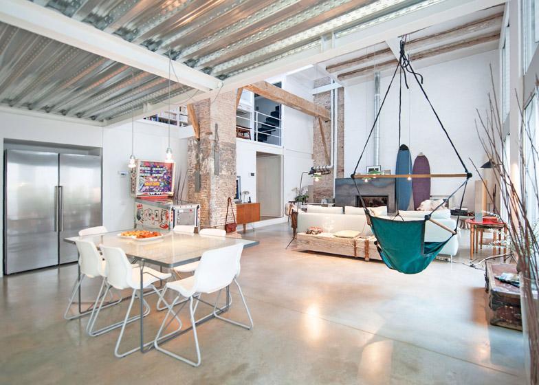 Архитекторы превратили бывший молочный завод в дом в стиле лофт с подвесным креслом и стеклянными стенами (фото)