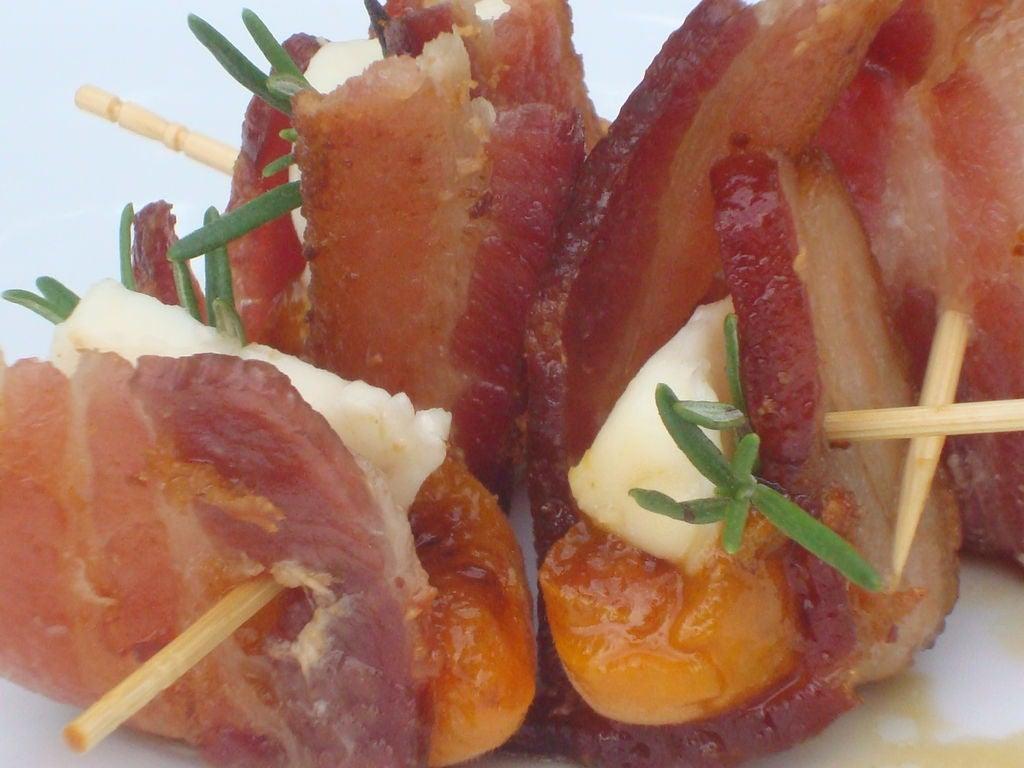 Пикантная закуска из бекона и жареных абрикосов: готовлю угощение на каждую вечеринку, друзья съедают все до последнего