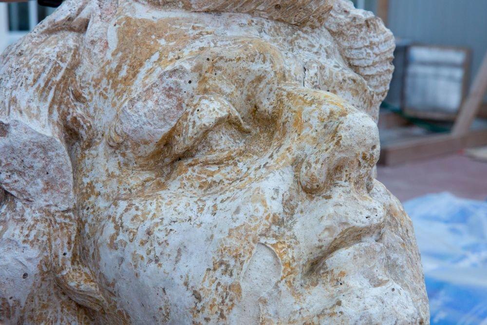 В Царском Селе нашли позолоченную часть огромной скульптуры: голова атланта времен Растрелли хранилась под полом служебного помещения