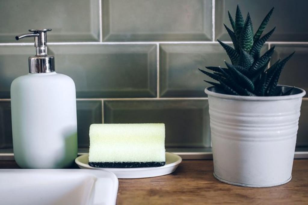 Губки для мытья посуды надо регулярно и тщательно очищать: несколько простых способов, которые я использую