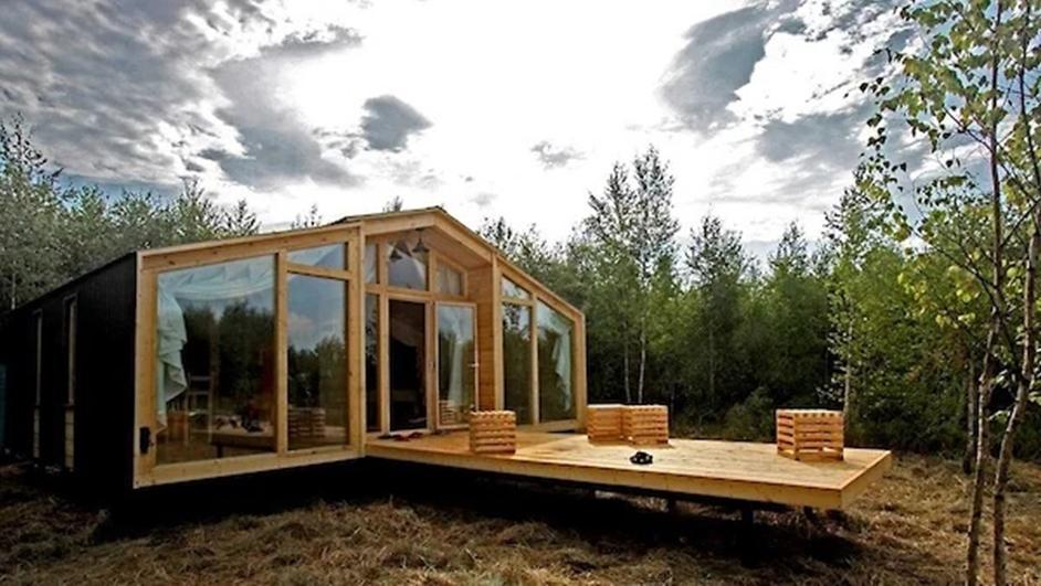 Хочется отправиться на природу, но не хочется жить в палатке? Глэмпинг - новое развлечение, сочетающее кемпинг и роскошь. Вот самые заманчивые варианты в России