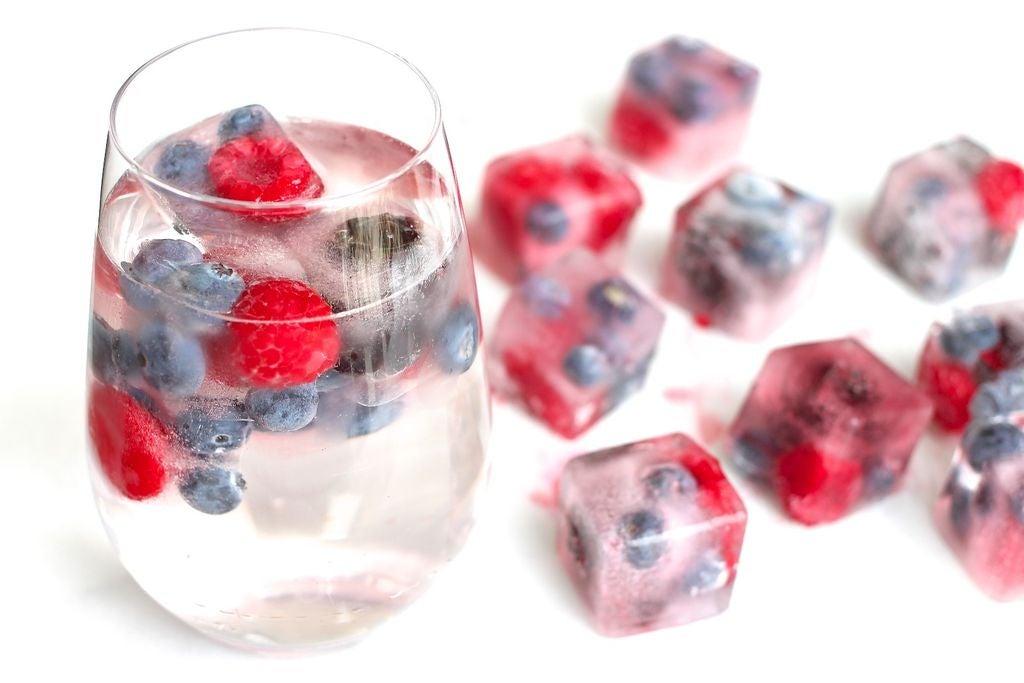 Их можно положить в напиток, а можно съесть в качестве охлаждающего десерта: как сделать ягодные кубики льда