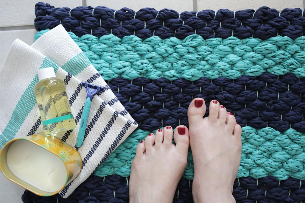 Из тканевой пряжи я сплела очень милый текстурный коврик для ванной: делюсь простым способом