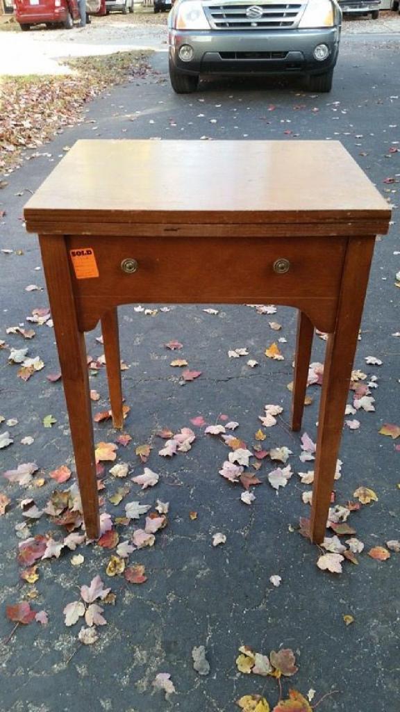 Мой брат из старого столика от швейной машинки и ящика от комода сделал оригинальный письменный стол