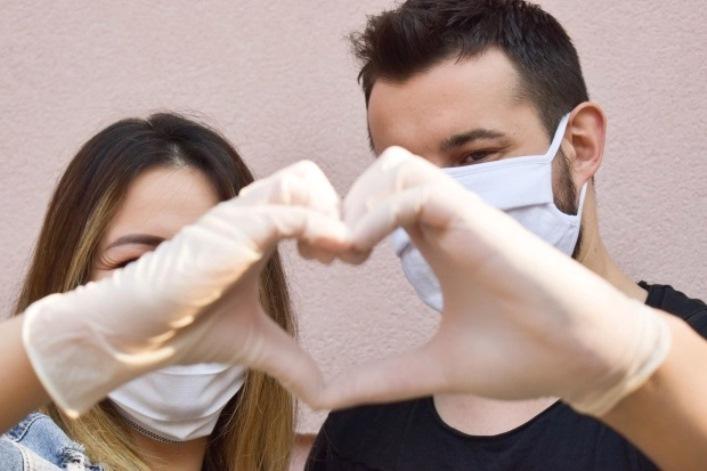 Новая фобия охватывает незамужних женщин: они боятся ходить на свидания из-за риска подхватить вирус. Как не дать личной жизни затухнуть в период пандемии