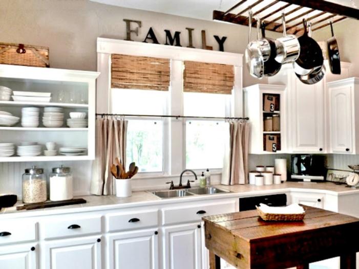 Новая жизнь старой стремянки или лестницы: ее можно повесить на стену и на потолок. Получается красиво и функционально