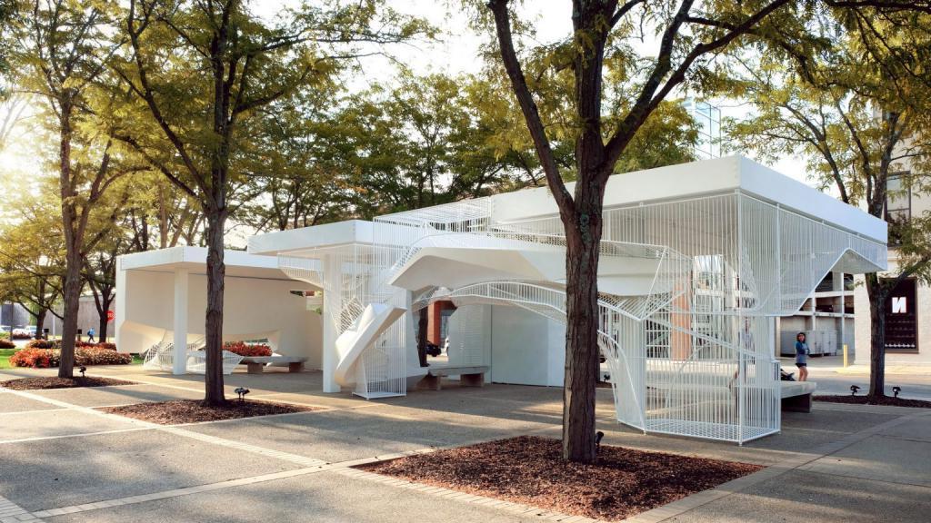 Кассовые будки бывшего здания банка перепрофилировали в небольшую, но изящную зону отдыха для всех желающих (фото)