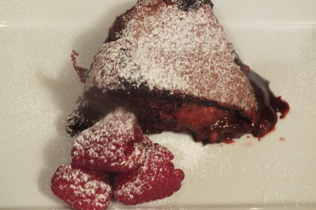 Сочный пирог с шоколадом и ягодами: лакомство, перед которым невозможно устоять