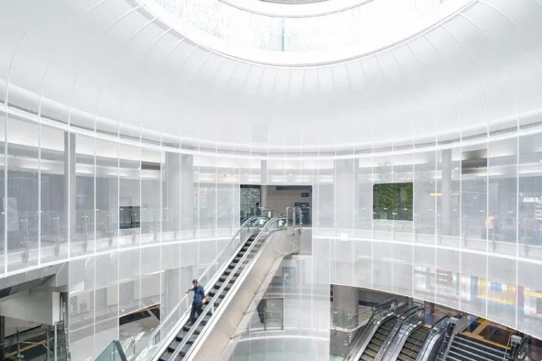 Архитекторы преобразили интерьер станции метро в Южной Корее. Внешний вид интерьера меняется в течение дня, а купол-лампа становится почти невидимым ночью