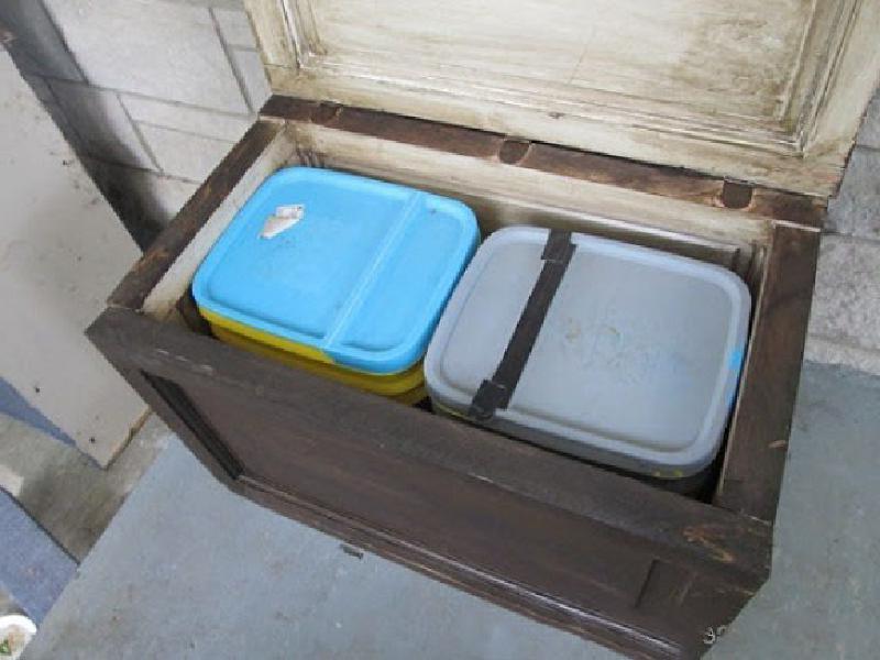 Заменили входную дверь, а из старой муж сделал удобный уличный ящик для хранения