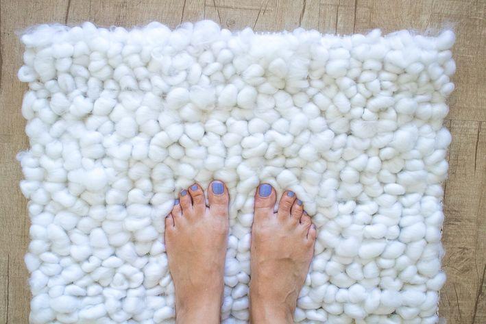 Меньше чем за час сделала красивый мягкий коврик для ванной. Он очень приятный и мило смотрится