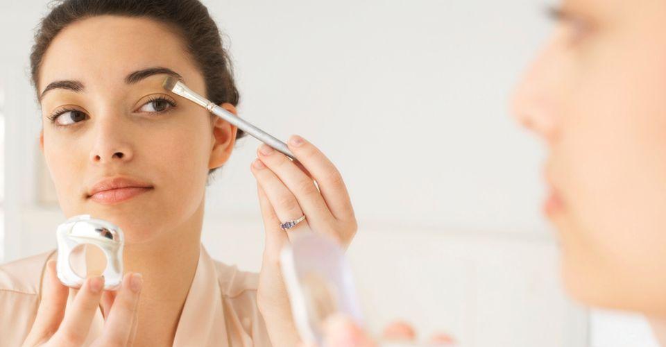 Помыть голову на ночь и не экспериментировать с косметикой: простейшие советы, которые позволят ускорить утреннюю бьюти рутину