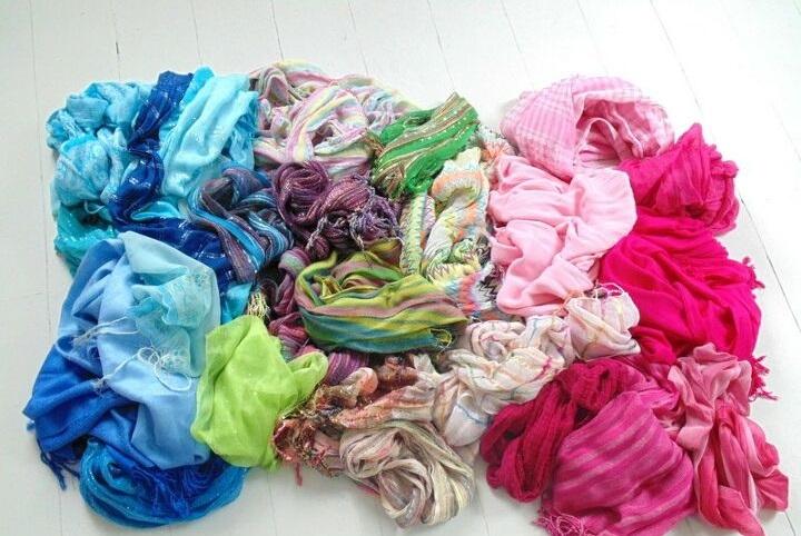 Взяла старые шарфы и сделала из них бесшовные шторы: вышло вполне неплохо