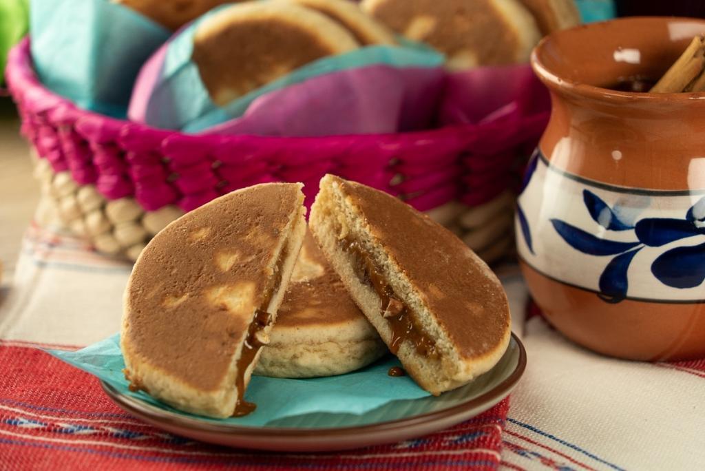 Бабушка напекла нам к чаю вкусные пирожки с карамельками: такие мягкие, а начинка так и сочится