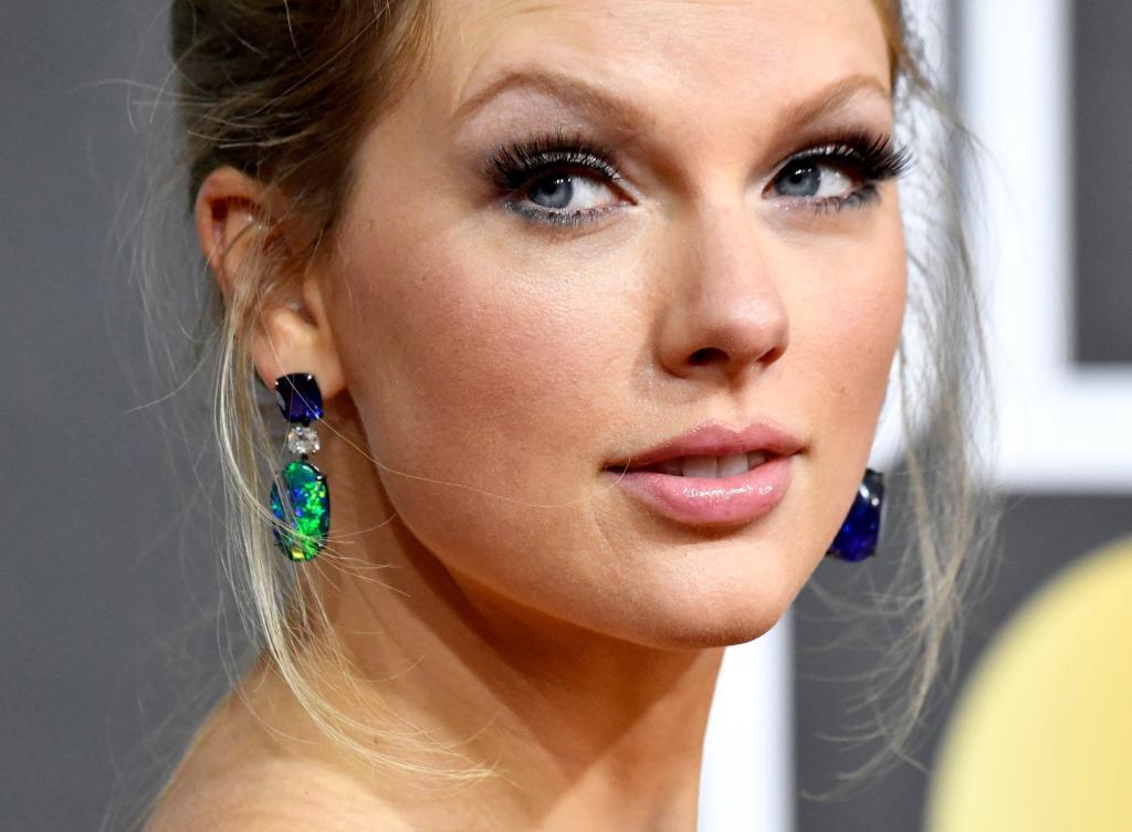 Она считает себя удивительно красивой и нанимает людей буквально с улицы: сотрудники и коллеги Тейлор Свифт рассказали о закулисной жизни певицы