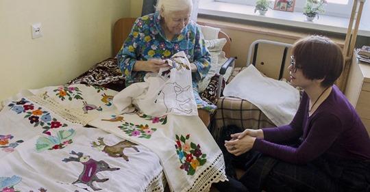 В 95 она вышивает рушники, достойные музея наивного искусства