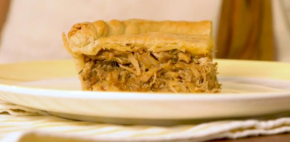 Когда была в Турции, узнала у одного повара рецепт пирога из свиной корейки: мясо получается удивительно нежное, а ведь фарш я не делаю