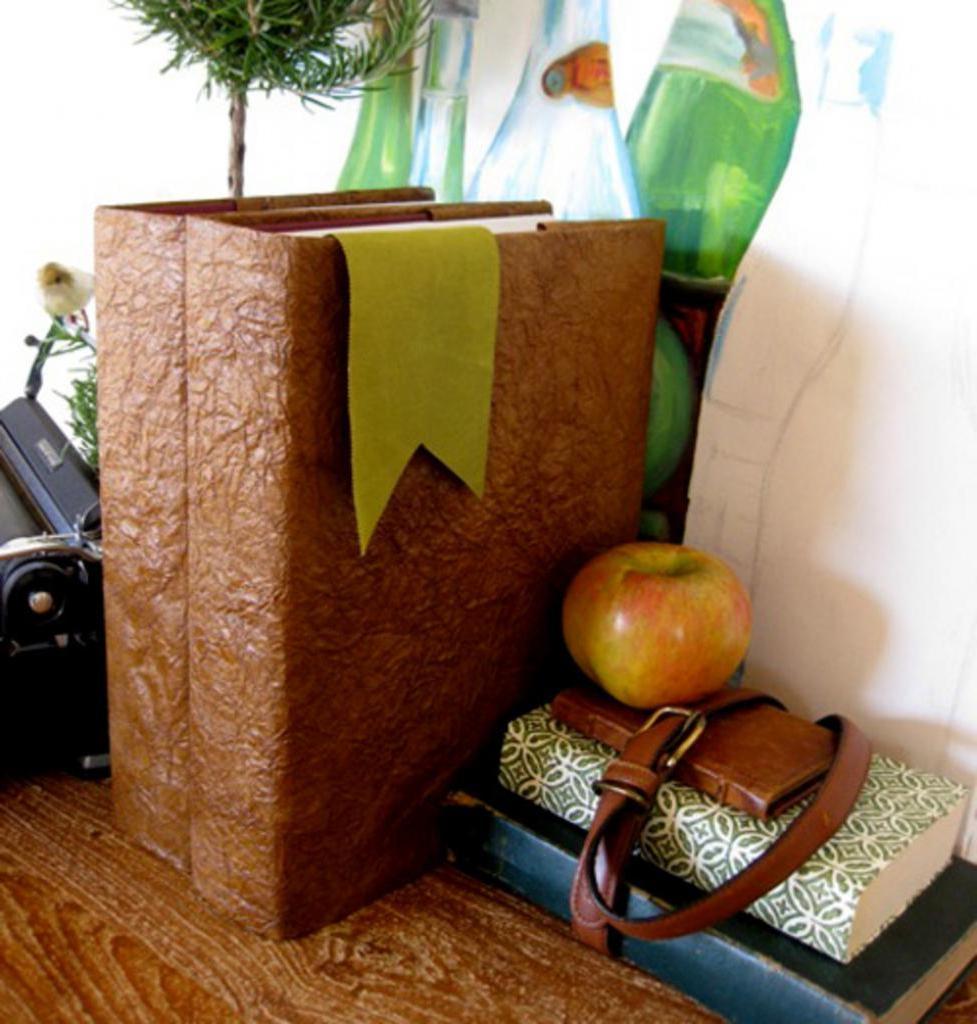 Из бумаги я сделала новые обложки для книг, которые выглядят как кожаные: очень красиво смотрится и способ простой