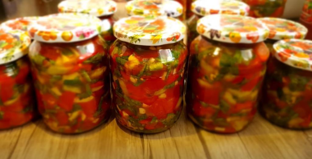 Универсальная баночка сладких перцев с томатами и стручковой фасолью отлично подходит для приготовления рагу, супов и соусов