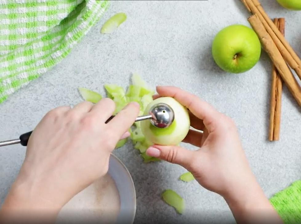 Обваляла яблочки в корице с сахаром, облепила слоеным тестом и запекла с карамелью. Вкусно, хоть палатку в парке ставь и торгуй