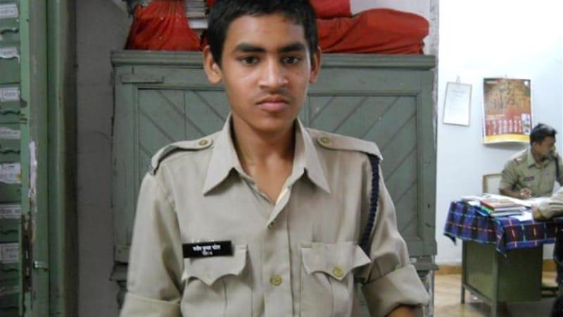 Индийский полицейский помогает детям из бедных семей осуществить их мечту и поступить в полицию