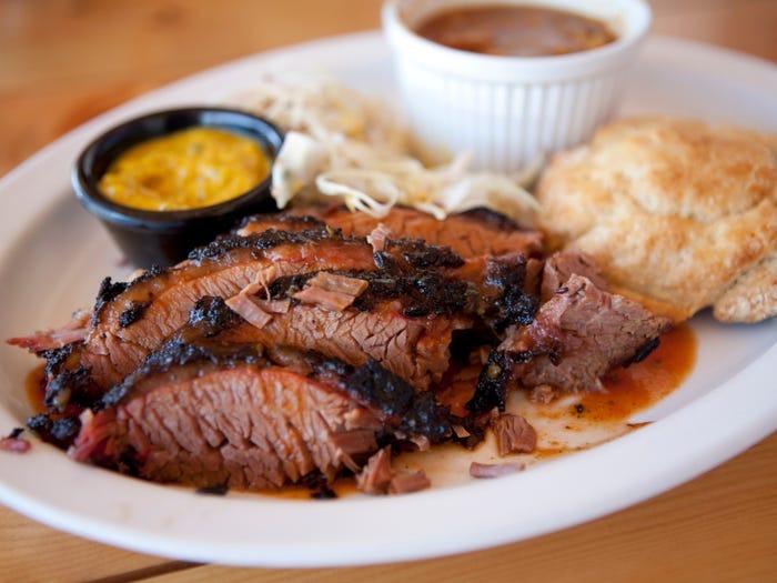 Лучшие и худшие блюда барбекю-ресторанов: обязательно стоит попробовать обугленные кусочки грудинки