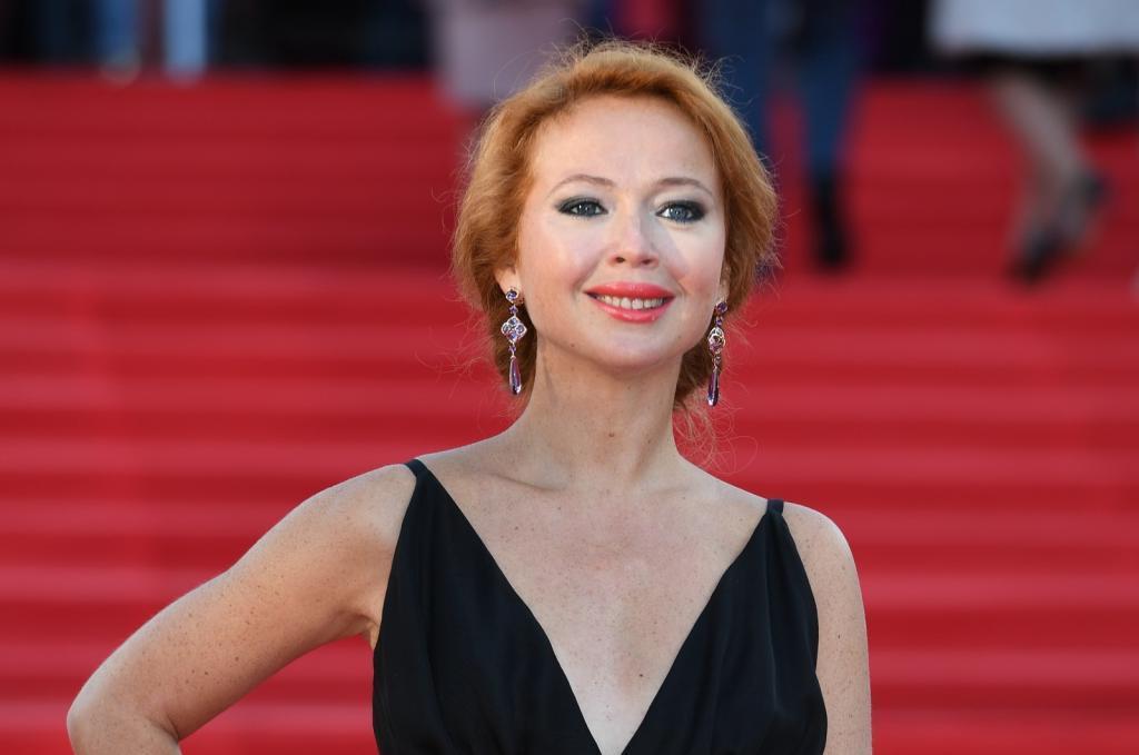 Актриса Елена Захарова рассказала, как растеряла половину волос, и поделилась своими секретами красоты