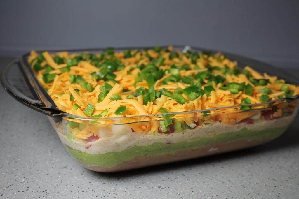 Лепешки и крекеры макаю в нежный соус из авокадо: делаю его трехслойным, а сверху посыпаю сыром
