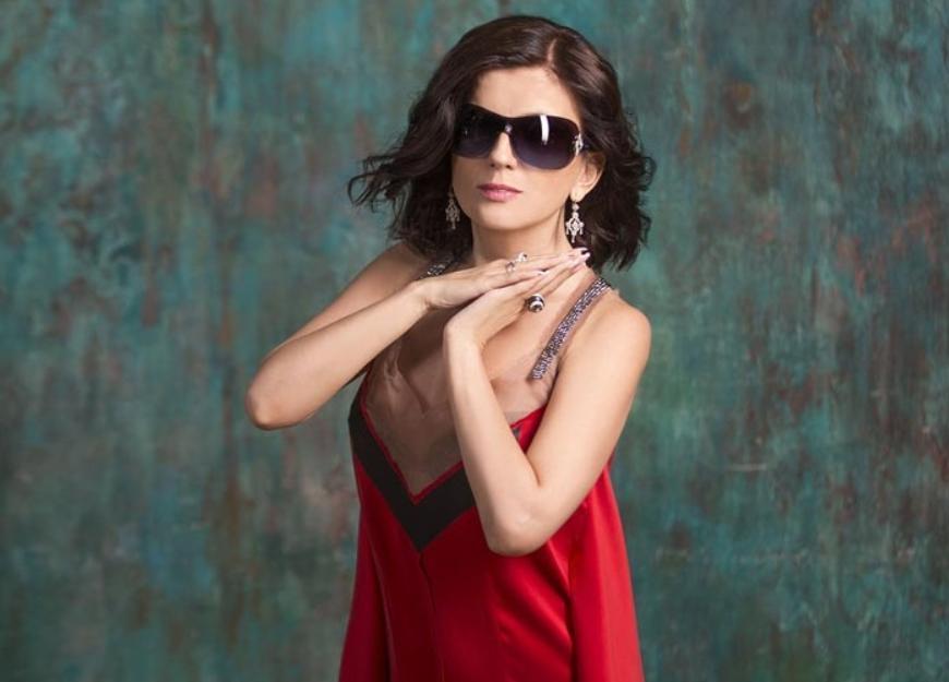 Диана Гурцкая сняла темные очки. Без этого аксессуара она   совсем другой человек