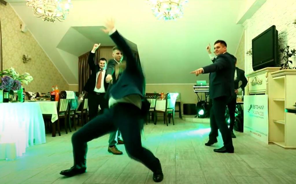 Сюрприз для невесты! Жених постарался и подготовил с друзьями зажигательный танец: видео