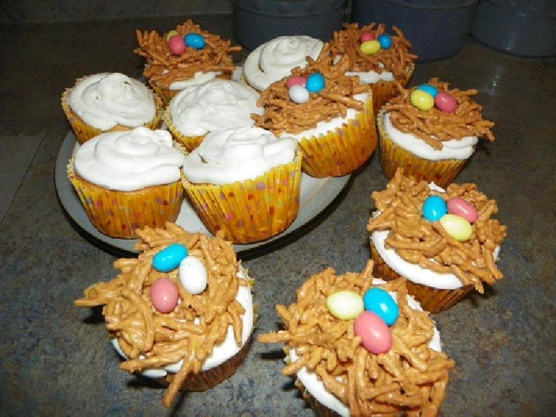Яркие кексы Птичье гнездышко: воздушный бисквит дополняет хрустящая соломка и нежный крем
