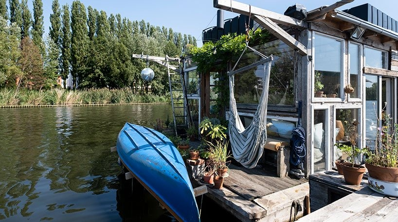 Мужчина построил себе плавучий дом, чтобы быть ближе к природе. Снаружи жилище выглядит невзрачно, но внутри настоящий райский сад