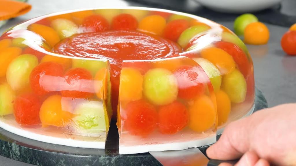 Из арбуза и дыни летом готовлю очень красивый холодный десерт: рецепт