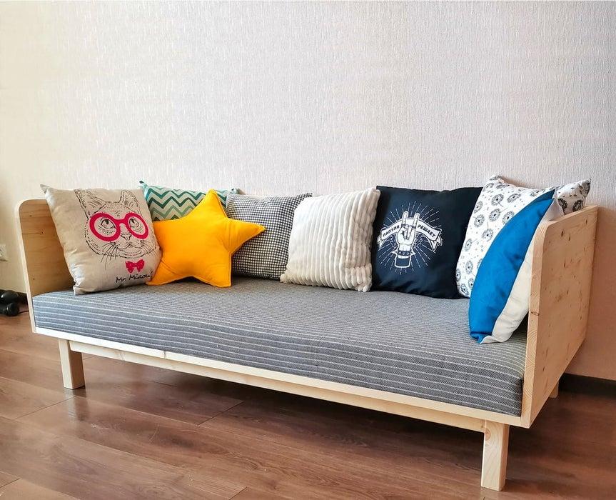 Мужчина с дочкой купили несколько мебельных досок и вместе смастерили удобный диван. Удивило, насколько мало инструментов они использовали