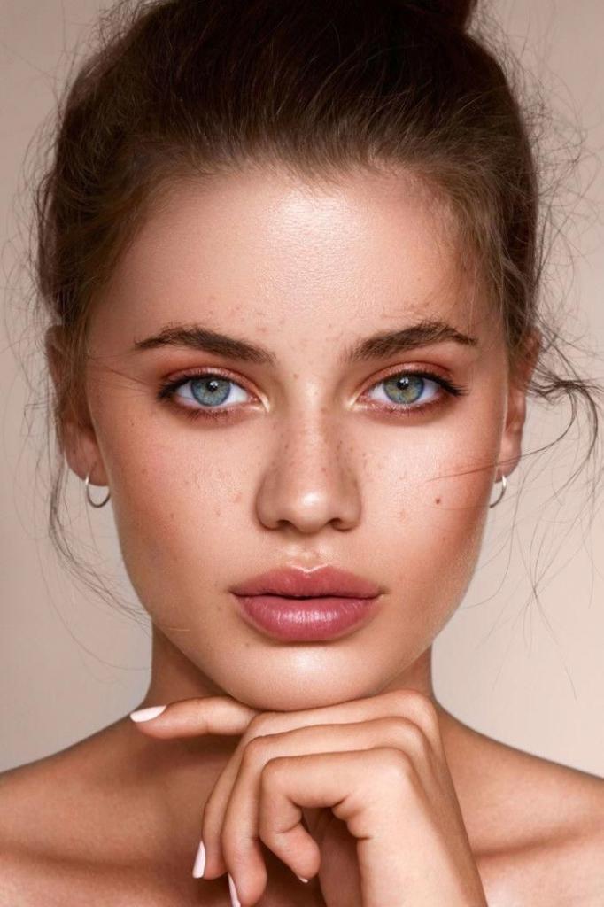 Как избавиться от сухости на губах: делать регулярное отшелушивание, например медом и сахаром
