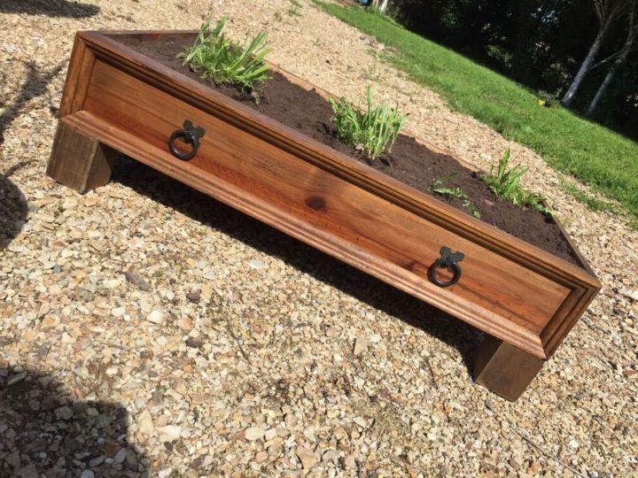 Вытащила ящик из старого комода, прикрепила к нему ножки: получилась просторная емкость для растений